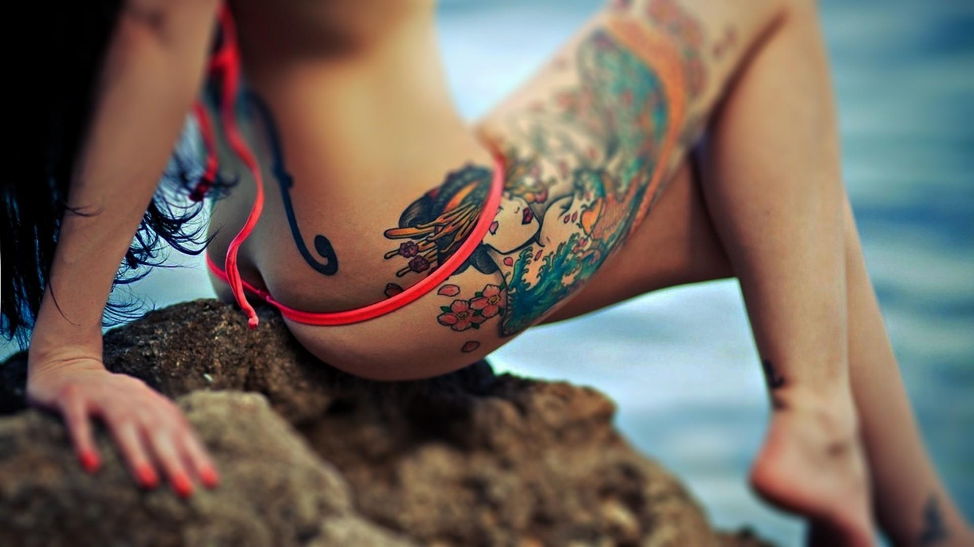 Стройная девушка с тату берёт врот 6 фотография