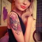 красивая татуировка на плече девушки - фото