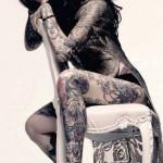 девушка с красивыми татуировками на теле