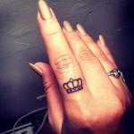 корона на пальце - тату для девушки